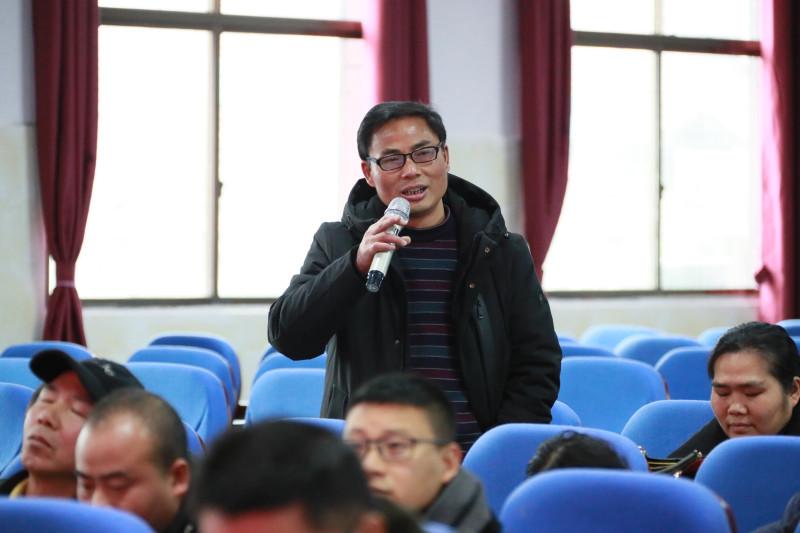 课后,唐海萍副校长,刘海龙主任组织了评课活动,并做了点评.图片
